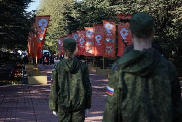 В симферопольском парке имени Гагарина возложили цветы к мемориалу «Вечный огонь». ФОТОРЕПОРТАЖ