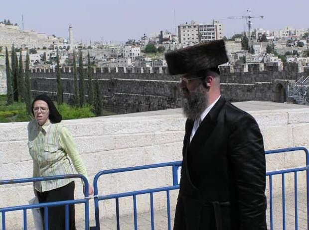 На изображении может находиться: 1 человек, стоит и на улице
