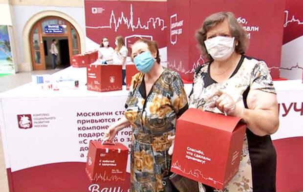 """Привитые москвичи старше 65 лет получат """"коробку здоровья"""""""
