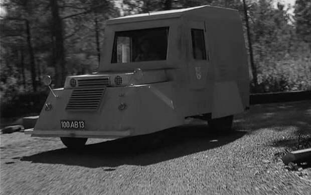 В таком ракурсе есть подозрение, что это Land Rover Series I. Как раз и годы подходящие относительно выпуска фильма. На самом деле, можно раскопать, но это вопрос любителям зарубежных олдтаймеров. авто, автоваз, броневик, ваз 2121, кино, кинотачки, мираж, нива