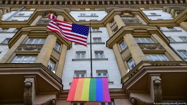 Сотрудники посольства США украли у москвича рюкзак