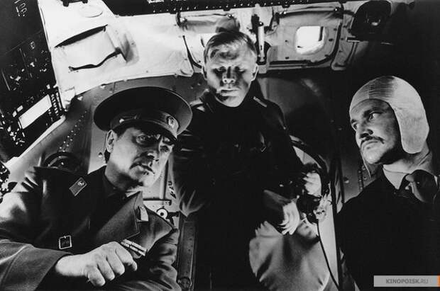 Анатолий Кузнецов (слева) в роли майора Морошкина. Умный и опасный враг десантников, ироничный и обаятельный. Настоящий Темный Властелин. Рядом -- Зуев (Пятков), туповатый, слегка комичный, но исполнительный помощник Темного Властелина.