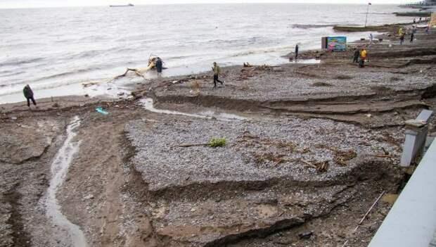 Чрезвычайная ситуация? Ну… не терять же отпуск: в Ялте туристы ныряют в грязное море