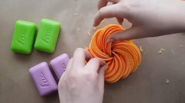 Необычная и красивая идея: нарежьте мыло овощерезкой на пластинки