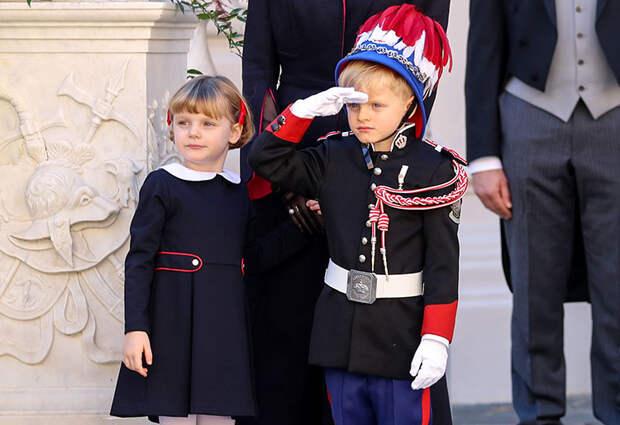 Князь Альбер и княгиня Шарлен с детьми и другие представители монаршей семьи на празднике в Монако