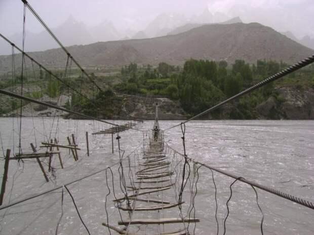 Подвесной мост Hussaini в Пакистане