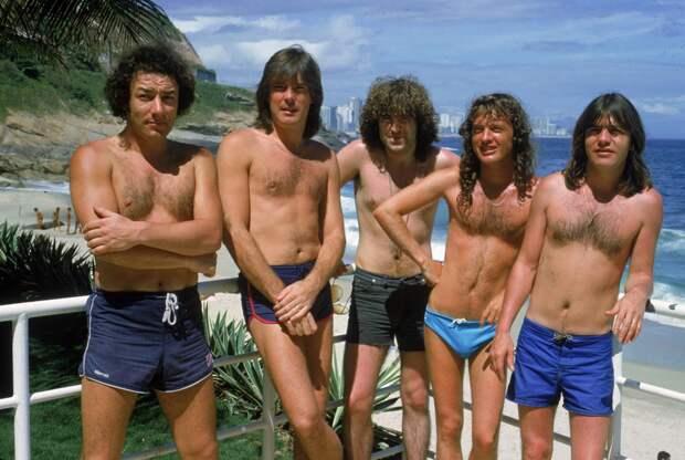 Музыканты группы AC/DC на пляже Ипанема, Рио–де–Жанейро, 1 января 1985 года.