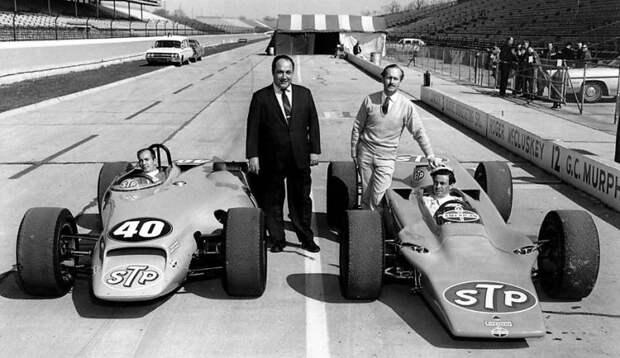 Энди Гранателли и Колин Чапмен рядом с самыми известными ГТД-карами в истории Индианаполиса: Paxton STP и Lotus 56 авто, автоспорт, газотурбинный двигатель, гтд, двигатель, мотор, технологии, турбина