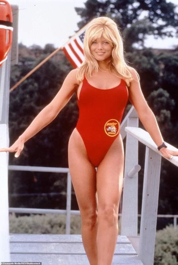 Красный — опасный: красотка Донна Д'Эррико из «Спасателей Малибу» выглядит потрясающе в 51 год