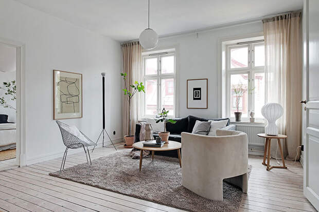 Белая квартира с эффектной чёрной кухней в Гётеборге