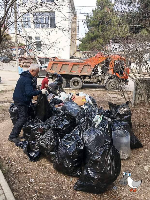 Активисты Sevsvalki.net собранным в парке мусором заполнили КамАЗа