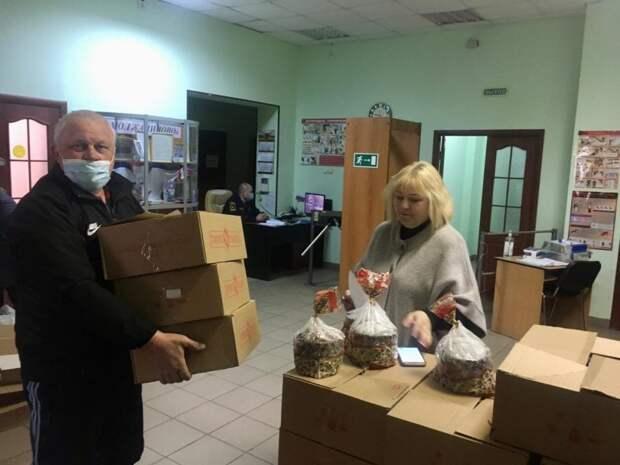Льготникам из Молжаниновского вручили праздничные куличи