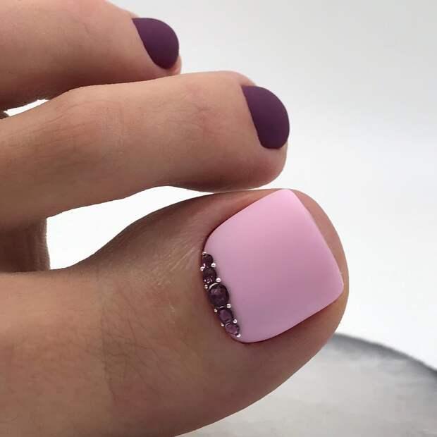 Фиолетовый педикюр 2021: королевские идеи для уверенных в себе дам (+50 фото)