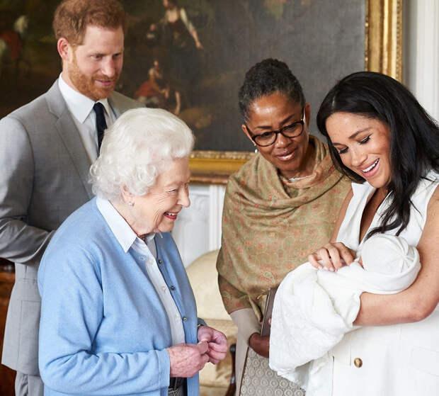 Елизавета II познакомилась с внучкой Лилибет