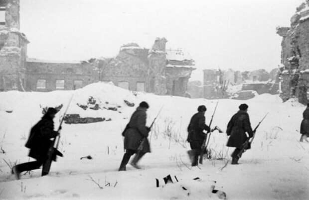 Бойцы 67-й армии Ленинградского фронта передвигаются по территории Шлиссельбургской крепости, январь 1943 года