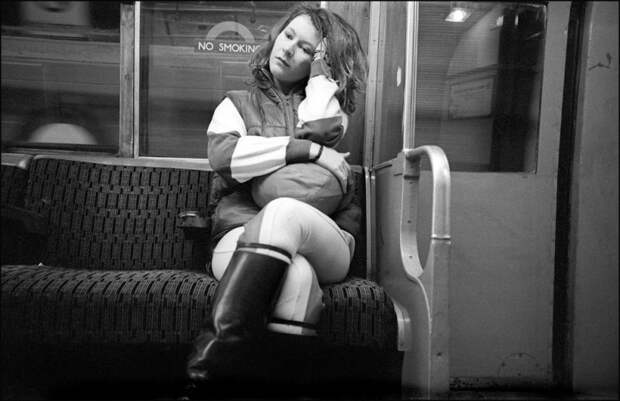 «Вниз потрубе»: лондонский фотограф годами незаметно снимал пассажиров подземки