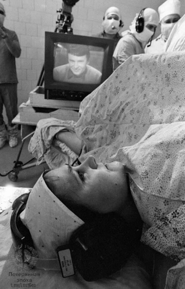 Любовь Грабовская на операционном столе перед операцией, к телевизору уже подключен Анатолий.