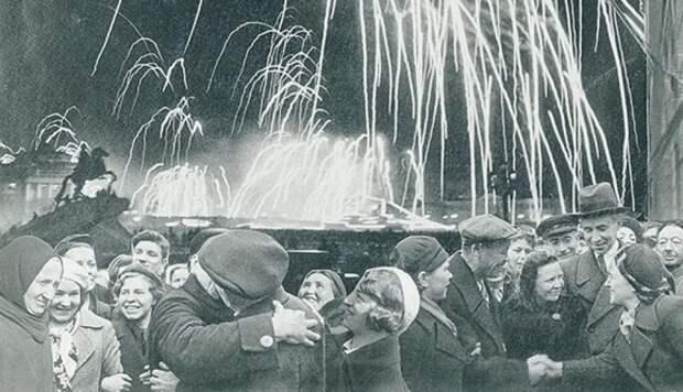 13 исторических фото празднования первого Дня Победы