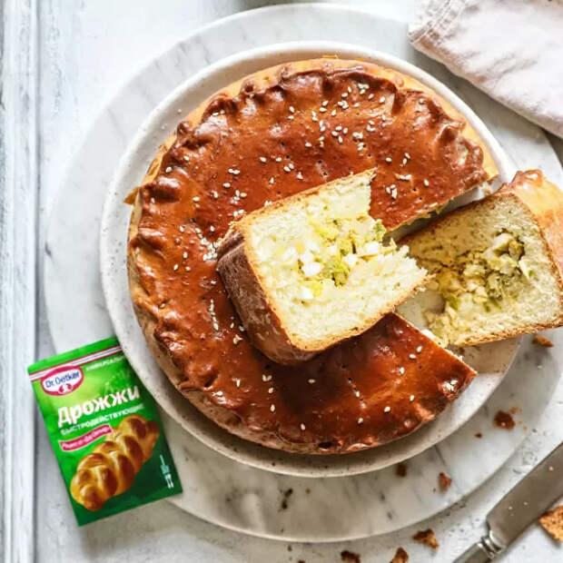 Разогреваем духовку до 170 градусов, отправляем туда пирог. Приготовление займет 50 минут.