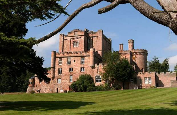 10 потрясающих замков, где можно реально остановиться на ночь