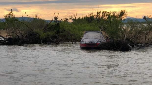 Трехлетнего мальчика рядом с пустой лодкой на озере в Приморье спас майор полиции