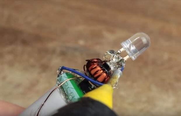 Практически вечный фонарик, который светит без использования батареек