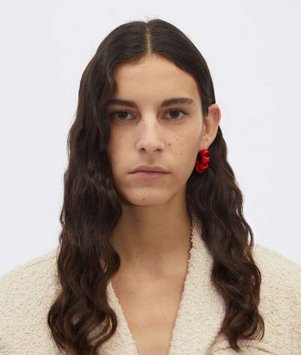 «Дизайнеры, остановитесь!»: модный домBottega Veneta выпустил украшения ввиде телефонного шнура