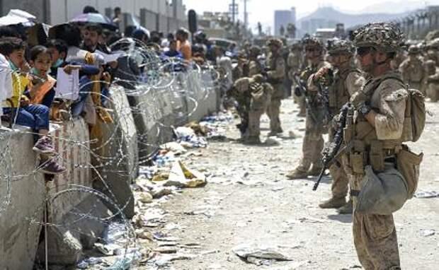 На фото: морские пехотинцы специального назначения десантно-наземной оперативной группы обеспечивают безопасность в международном аэропорту Хамида Карзая.