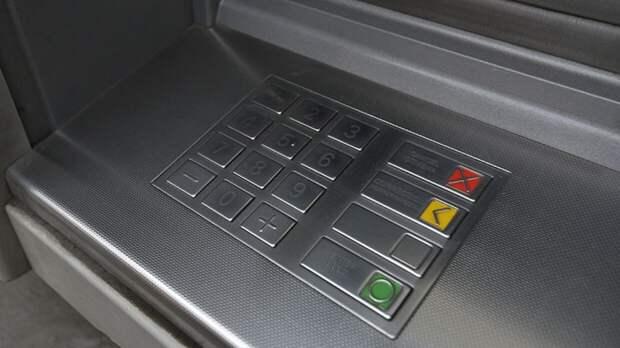 Жители РФ смогут снимать наличные с чужой карты с помощью QR-кода