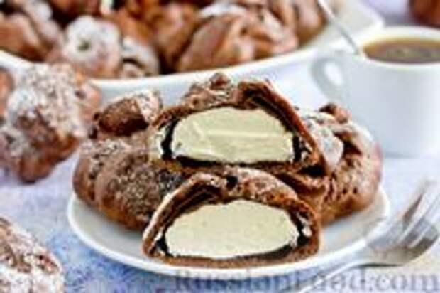 """Фото приготовления рецепта: Шоколадные профитроли с кремом """"Шарлотт"""" - шаг №29"""