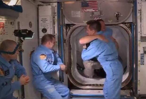 Экипаж космического корабля Илона Маска перешёл на МКС