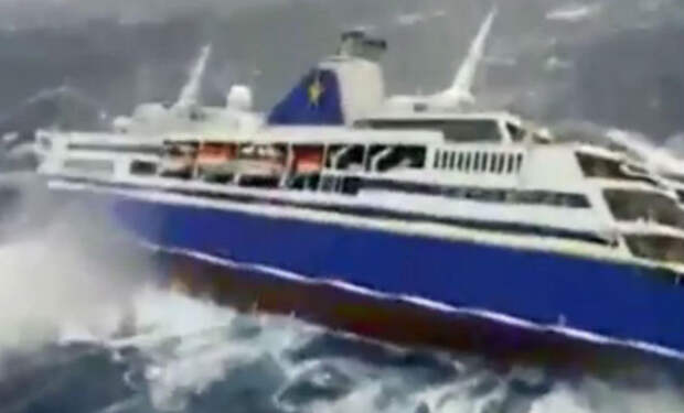Круизный лайнер вошел в 9-бальный шторм: пассажиры сняли волны через палубу