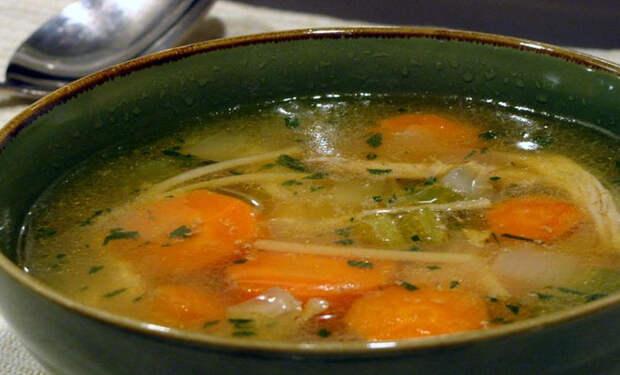 Жарим курицу, а потом готовим из нее пряный суп с чесноком