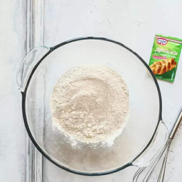 Чтобы капустный пирог получился воздушным просеиваем муку через сито, добавляем соль и дрожжи.