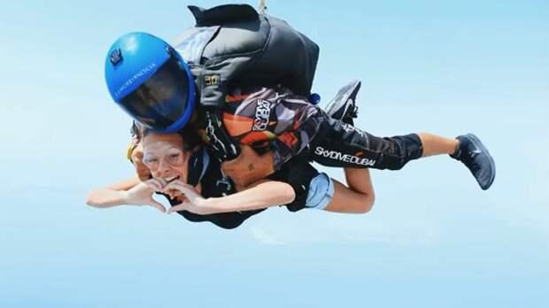 Фигуристка Анна Щербакова совершила прыжок с парашютом с высоты 4000 м: видео