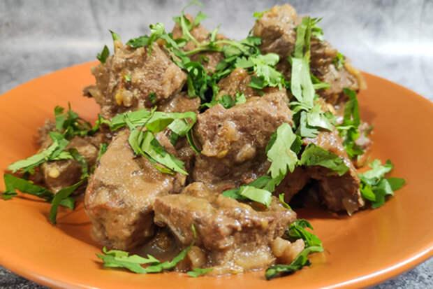 Фото к рецепту: Говяжья печень с помидорами в казане