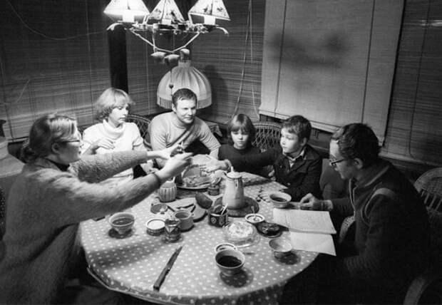 Соломины и Ливановы на даче за чаепитием, 1982   Фото: dubikvit.livejournal.com