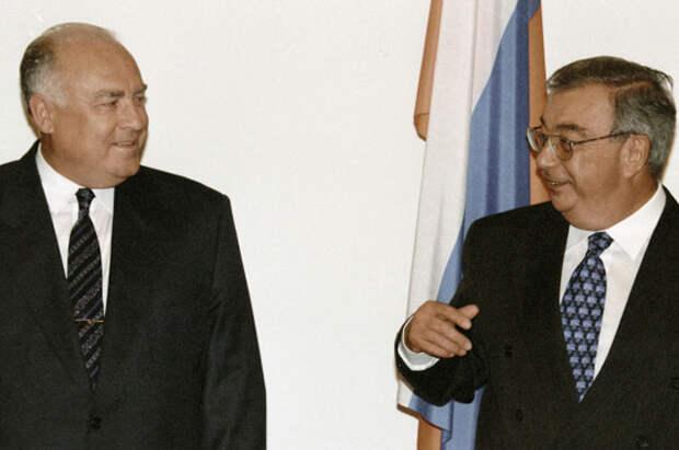 И. о. председателя Правительства РФ Виктор Черномырдин и министр иностранных дел РФ Евгений Примаков