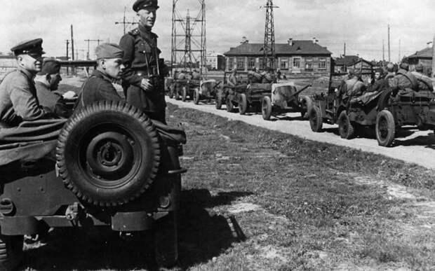 Советский командир наблюдает за движением колонны Виллисов с 45-мм противотанковыми пушками