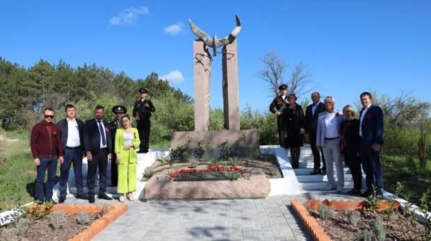 В память о погибших в годы войны, руководители Бахчисарайского района и города Бахчисарай возложили цветы и венки к мемориалам ВОВ