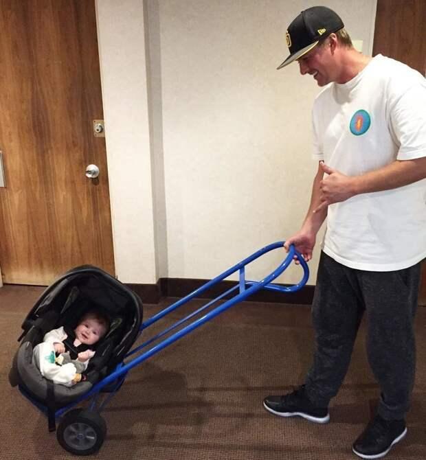 Или придумать, как транспортировать малышей, которых носить длительное время — это довольно непростая работа Лайфхак, дети, идея, отец, папа, совет, хитрости
