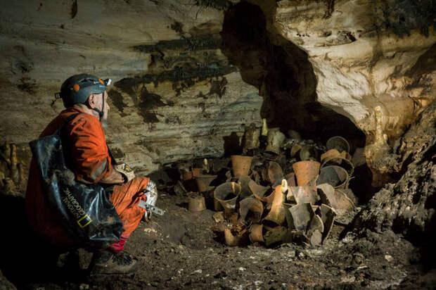 Исследователь Гильермо де Анда исследует тайник с ритуальными сосудами внутри пещеры Баламку (Бога Ягуара) в Юкатане, Мексика. Эти объекты оставались нетронутыми по меньшей мере 1000 лет. \ Фото: nationalgeographic.com.