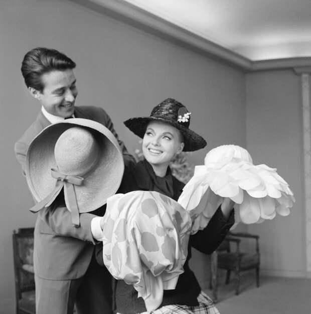 Холстон и актриса Вирна Лиси на примерке шляпок,