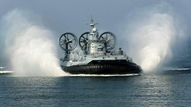 К пляжу в Петербурге причалил десантный корабль, удивив отдыхающих