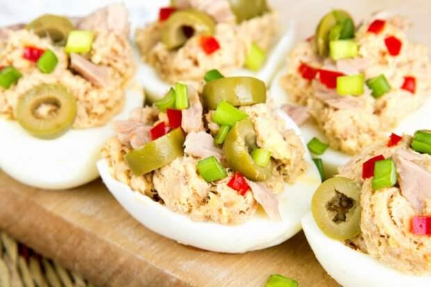 Вот 5 лучших вариантов начинки для фаршированных яиц. За какой голосуете вы?