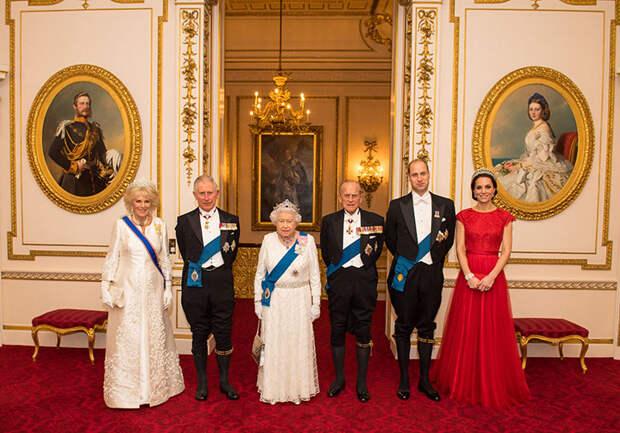 Официант Елизаветы II признался в воровстве ценных вещей из Букингемского дворца и их продаже на eBay