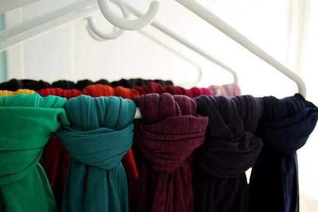 шарфы на вешалке
