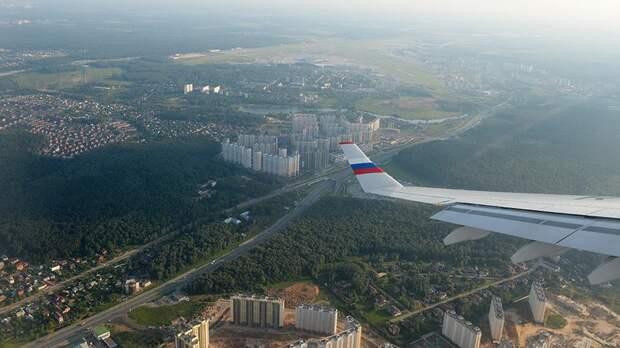 Вид на окраину Владивостока из иллюминатора самолета