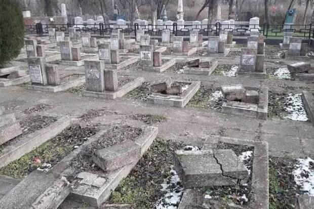В Херсоне разрушили памятники на мемориале советским воинам