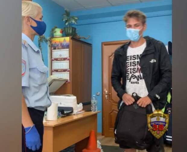 В Строгине инспекторы ГИБДД вернули студенту утерянный рюкзак